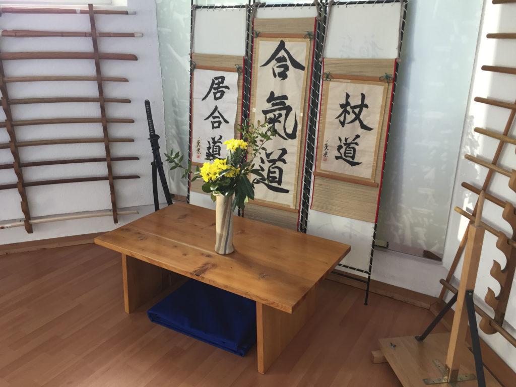 Photo de l'autel du dōjō, espace dédié à l'Ikebana